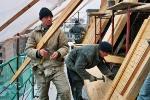 Плотники в работе